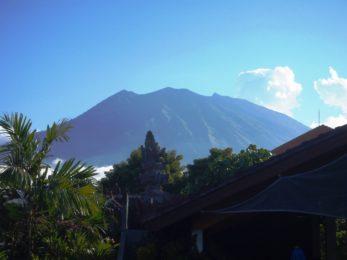 Mt Agung. Widok z basenu w hotelu.